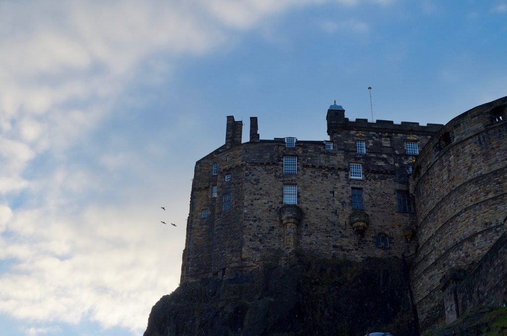 Looking up to edinburgh castle on a hill. 1 day in Edinburgh with kids.