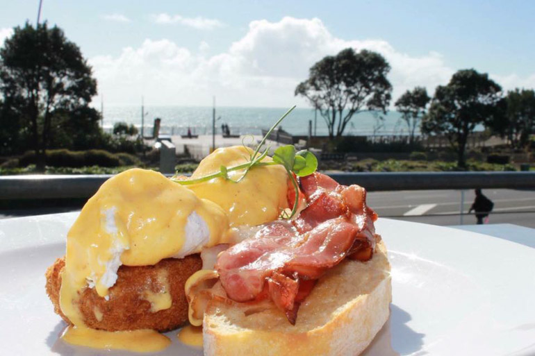 Brunch along the Coastal walk way in New Plymouth New Zealand, Eggs Benedict at Arborio cafe.